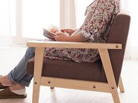 お部屋を優しい雰囲気にしてくれる木肘デザインソファ